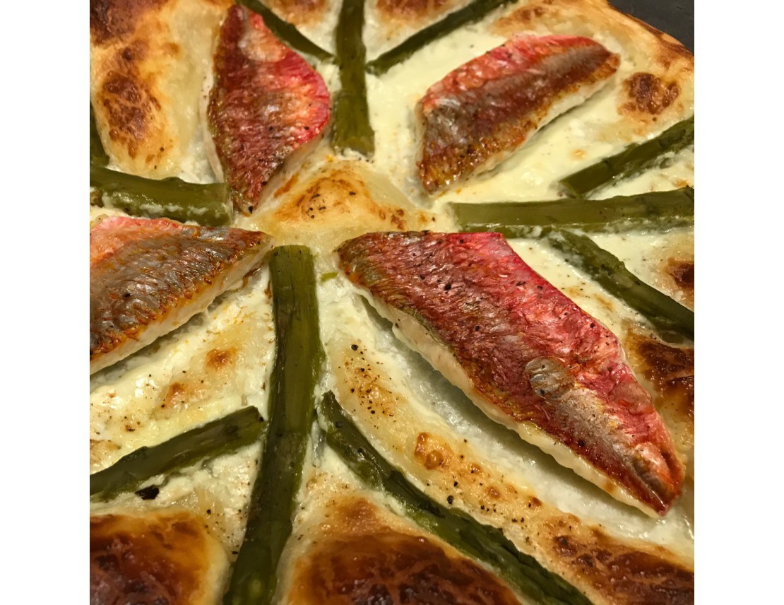 pizza aux filets de rouget barbet et asperges